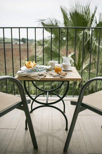 terrazzino con tavolino e vassoio della colazione