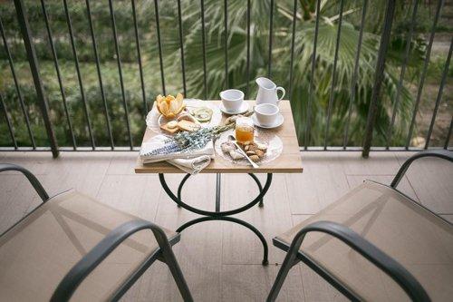 colazione siciliana su tavolino in terrazza