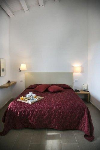vassoio della colazione su letto con coperta bordeaux
