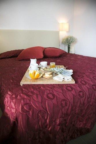 vassoio della colazione su letto matrimoniale