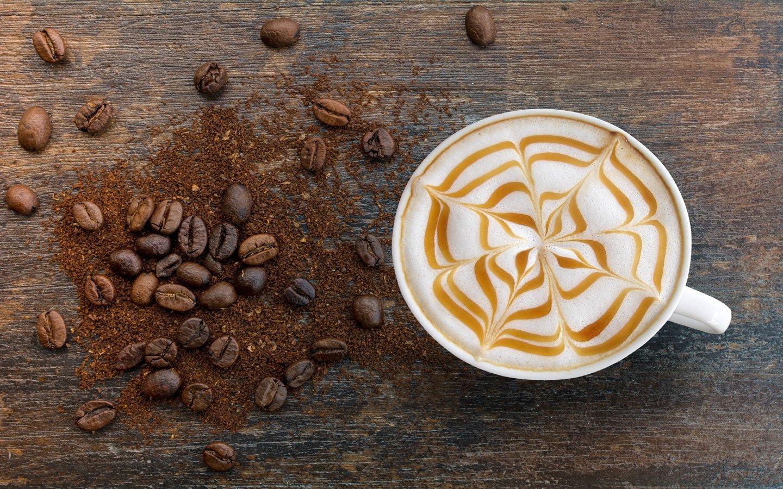 capuccino con decorazione e chicchi di caffé