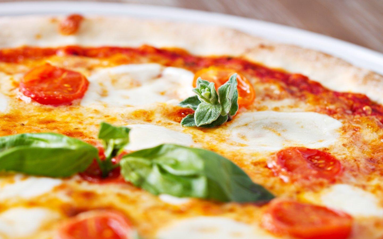 primo piano di una pizza margherita