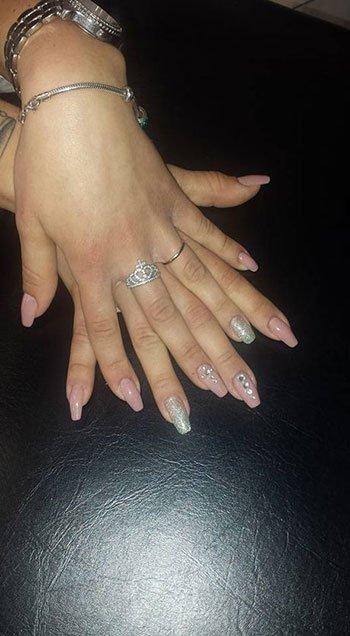 Manicure in due colori con ornamento di pietre