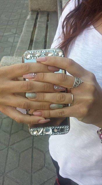 Manicure in colore morbido con dettagli di pietre