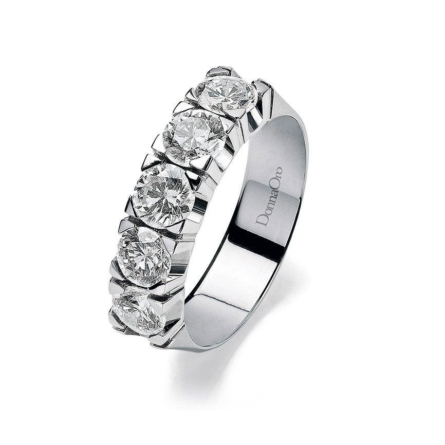 anello con cinque brillantini