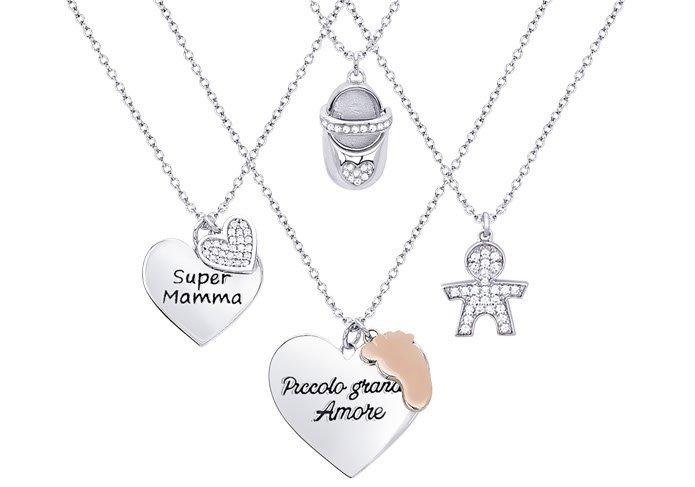 quattro medagliette a forma di bambini o a cuore