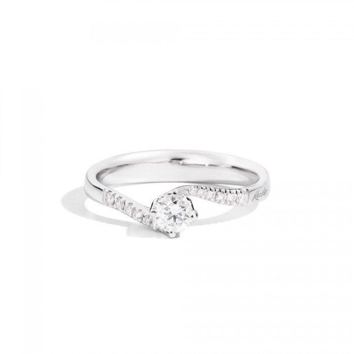 anello con brillantini e brillante più grande al centro
