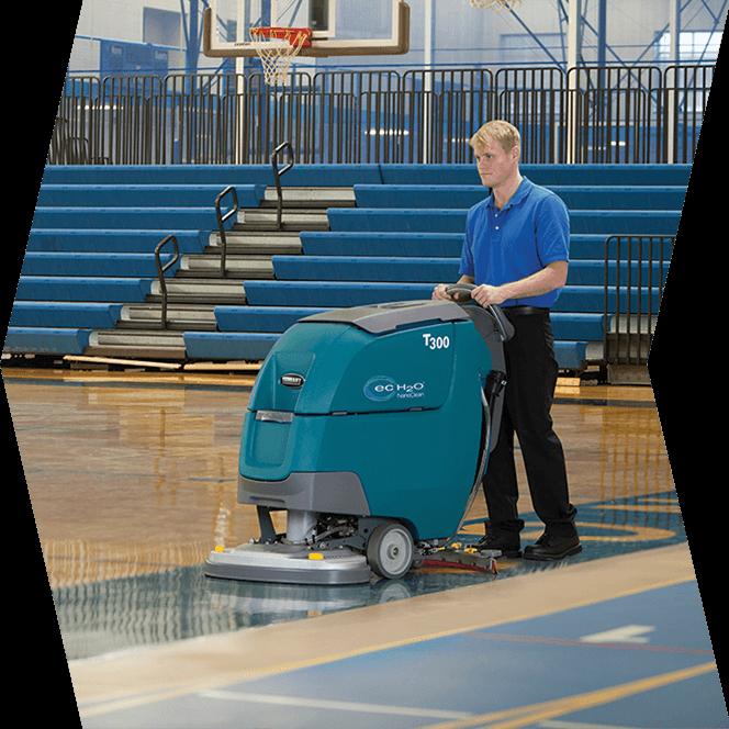 uomo con pulitore industriale in campo da basket