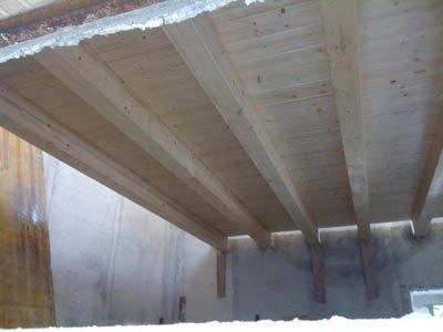 dettaglio di una copertura in legno in fase di ristrutturazione