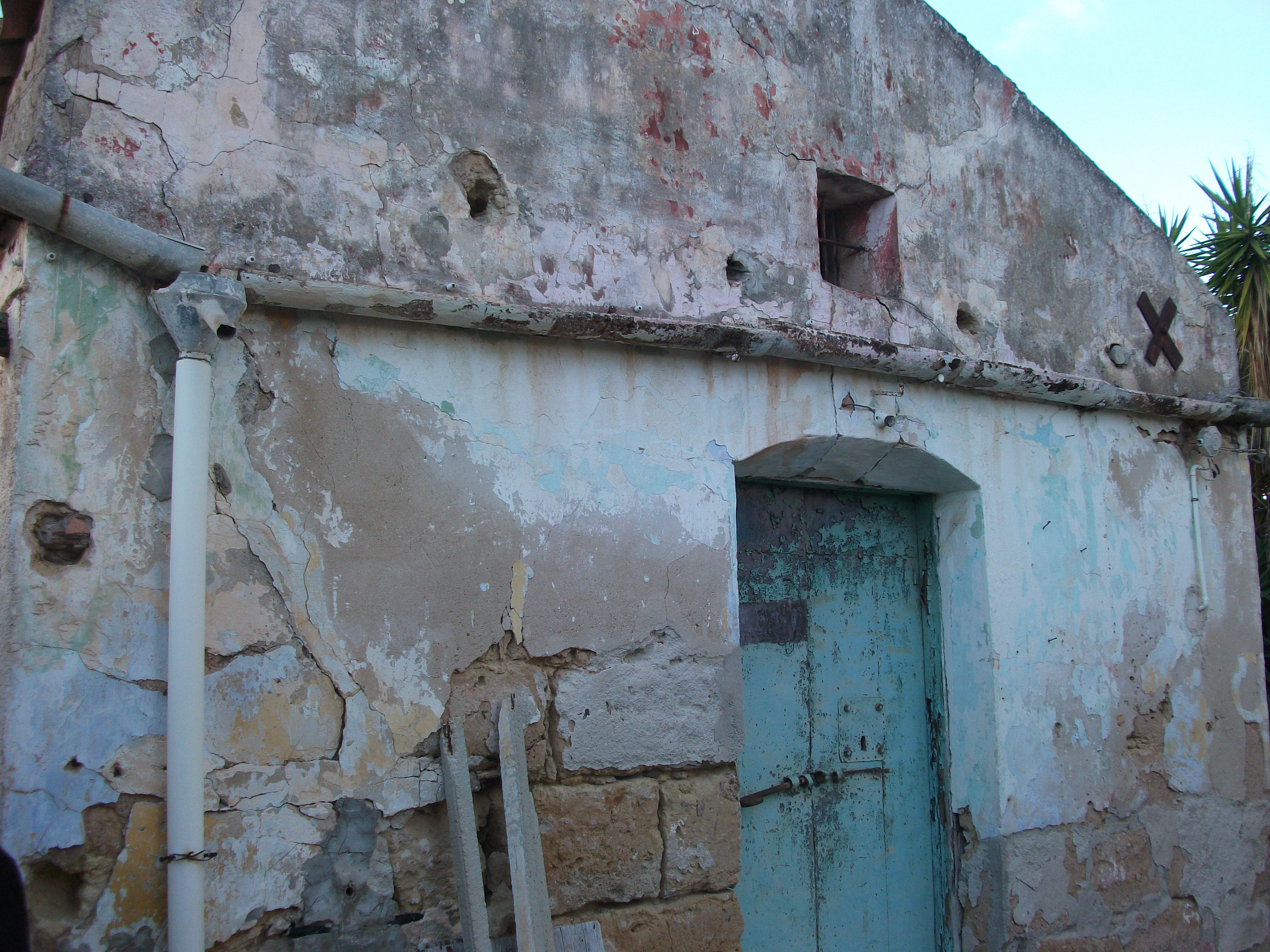 esterno di un casale in ristrutturazione