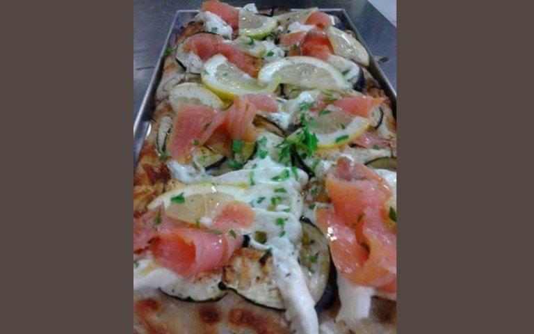 Pizza con salmone e melanzane