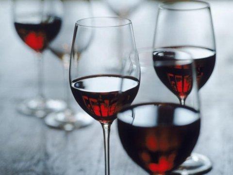 calici con vino rosso
