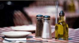 Condimenti su una delle tavole del ristorante