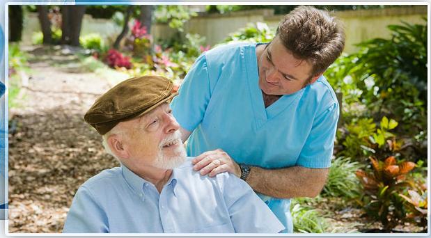 uomo anziano col cappello sorride a un infermiere