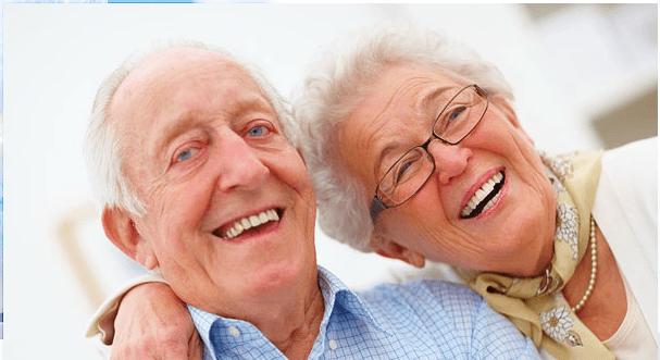 coppia di anziani che sorride
