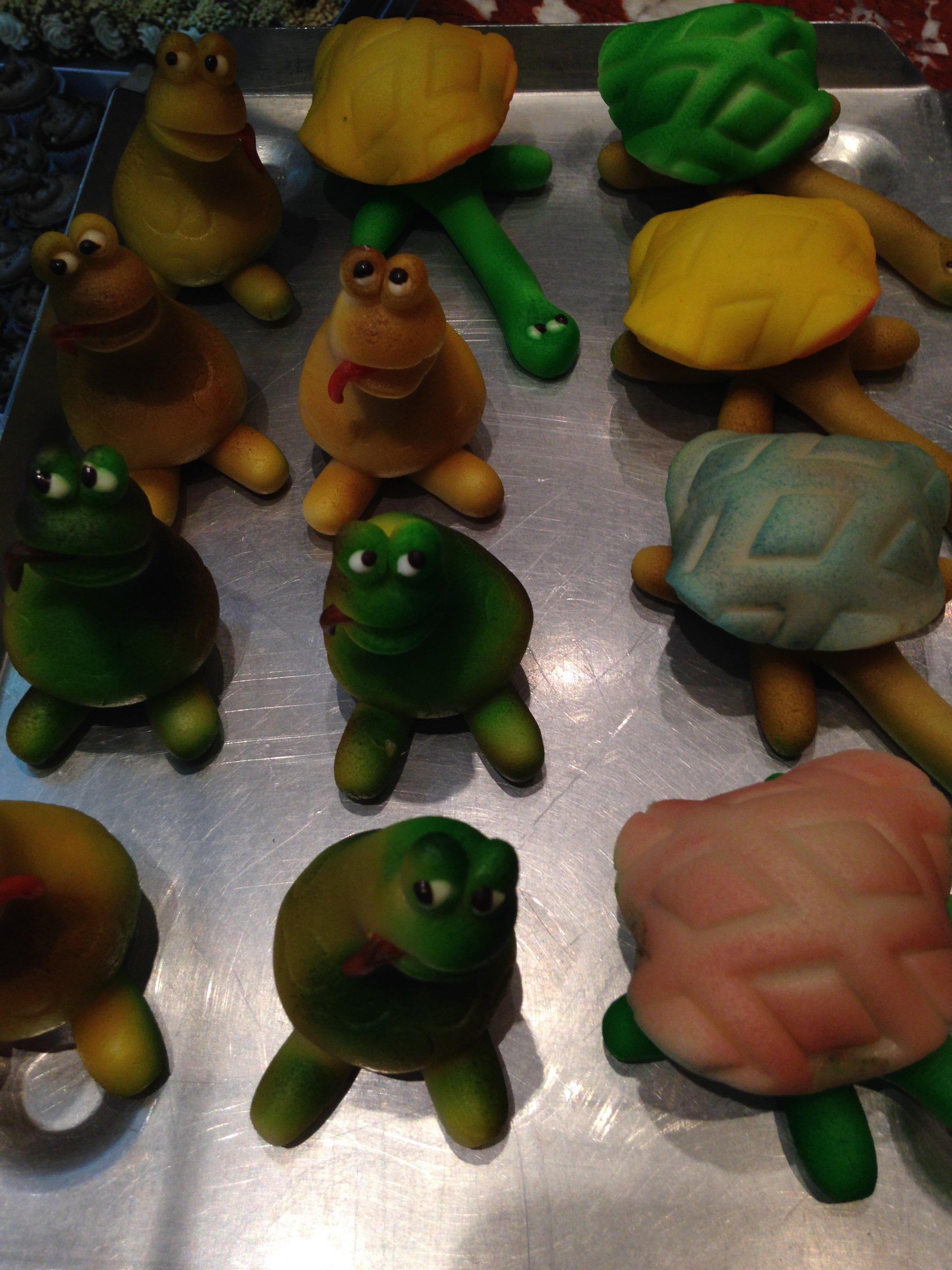 dolci di marzapane a forma di rana e tartaruga