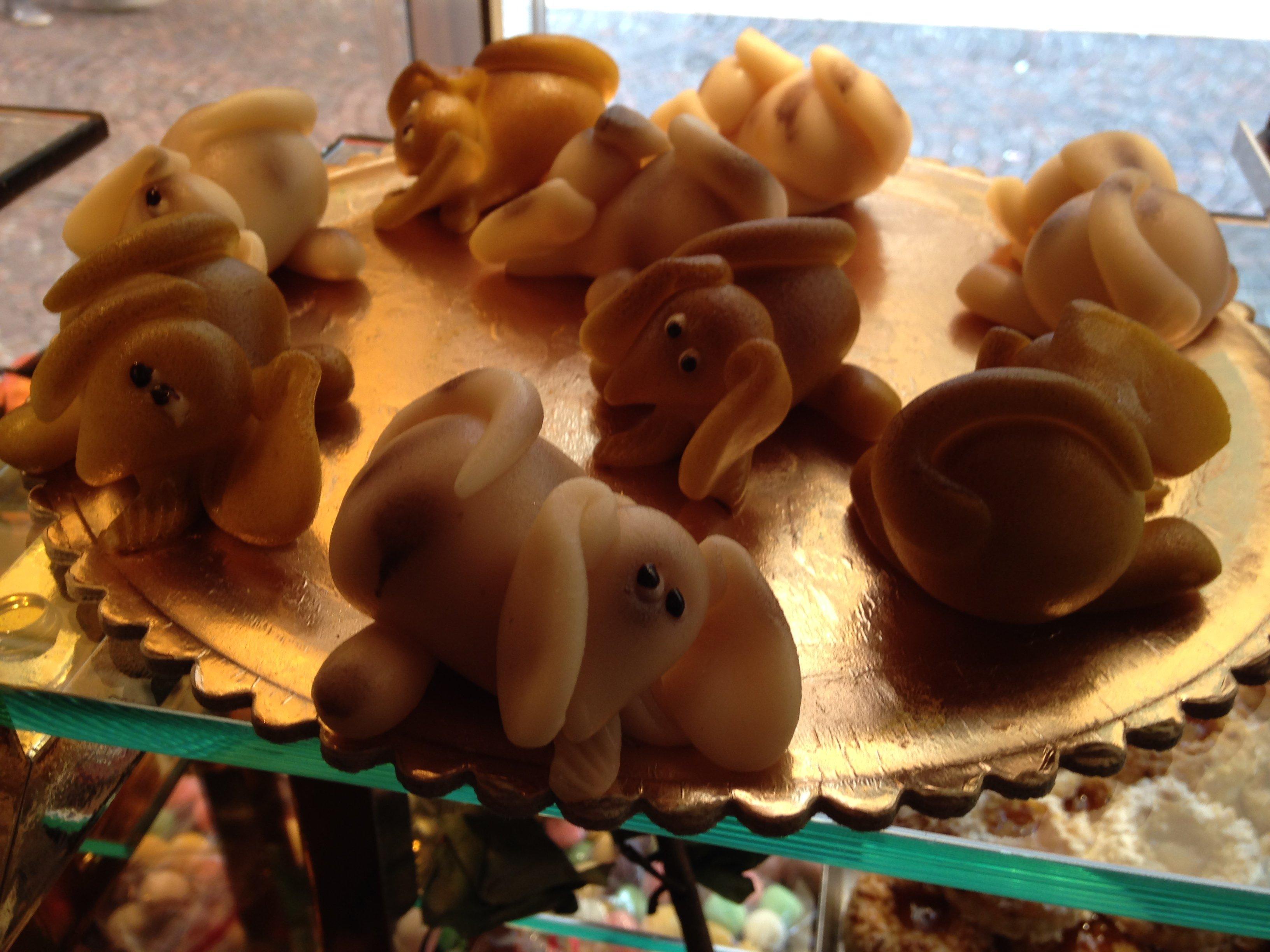 dolci di marzapane a forma cane