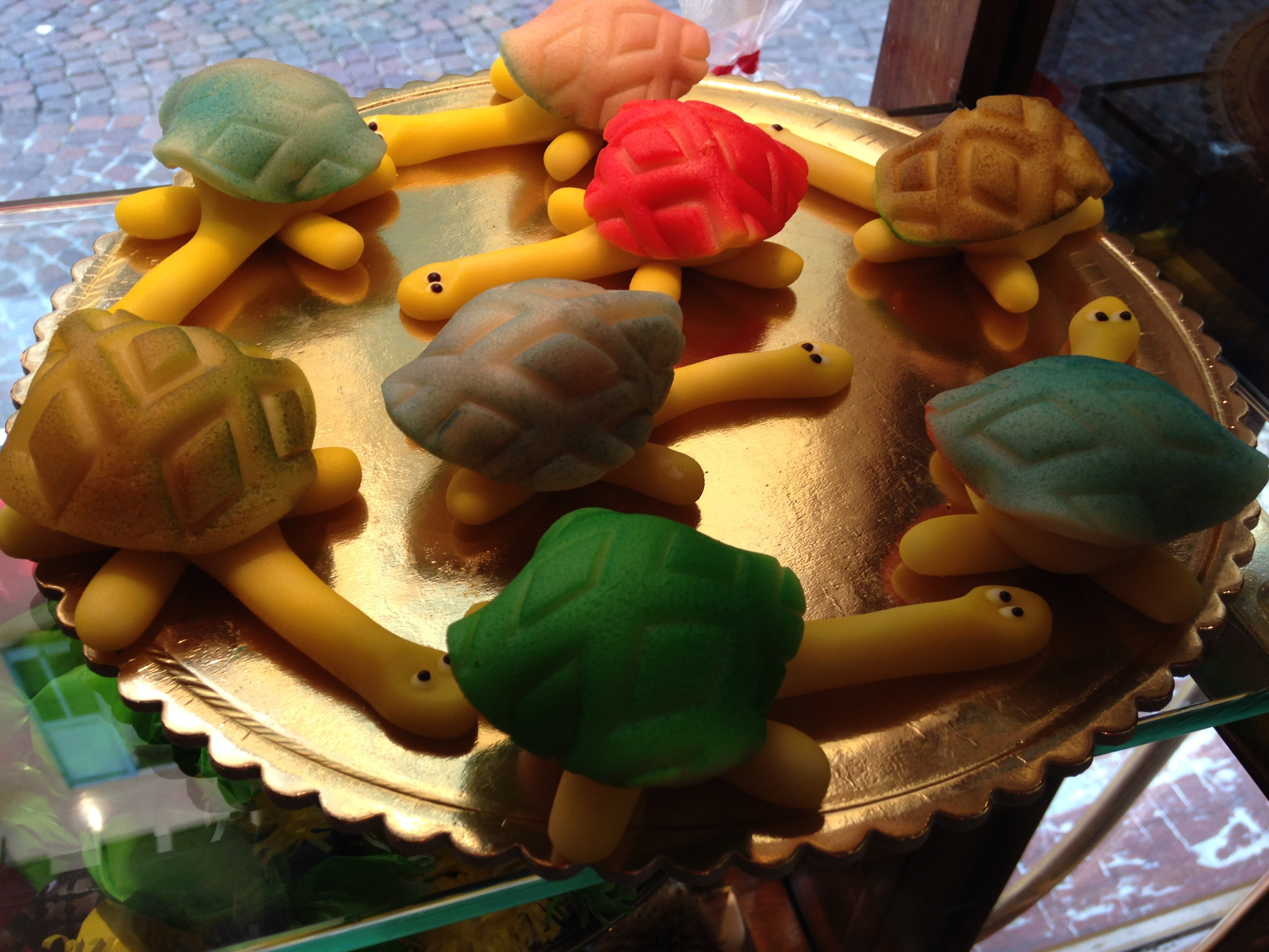 dolci di marzapane a forma tartaruga colorati