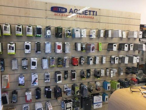 un pannello con scritto Tim Aglietti Accessori Telefonia e degli accessori esposti