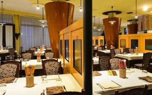 Interno della pizzeria, paraventi, pareti e tetto di colore giallo