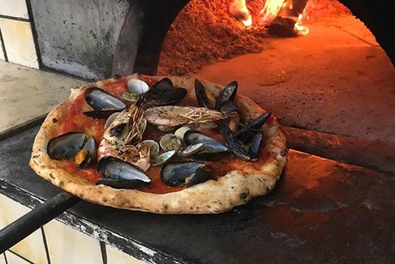 Pizza con frutti di mare