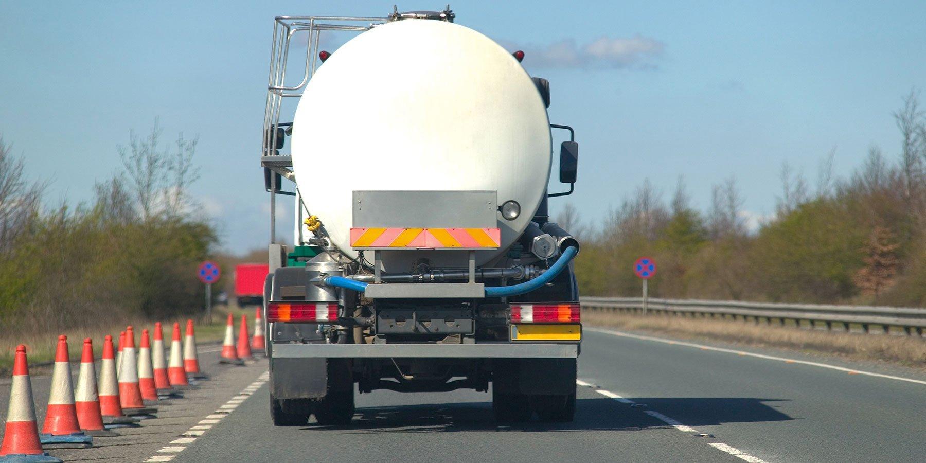 Retro di camion per trasporto di fluidi su autostrada