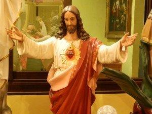 antica statua di Gesù con braccia aperte