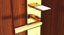 porta con maniglia oro