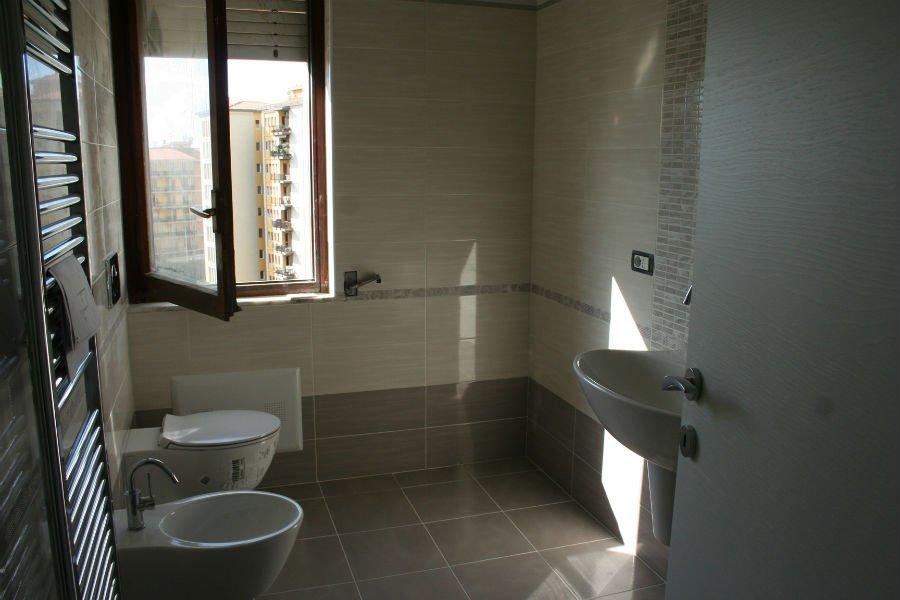 un bagno con una finestra aperta