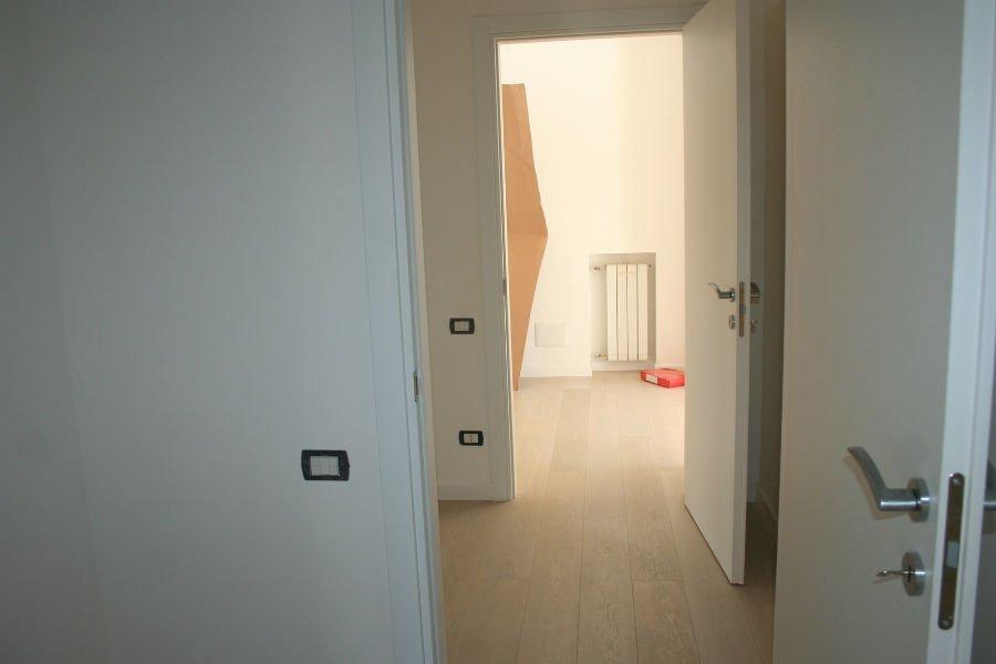 un corridoio e delle porte aperte