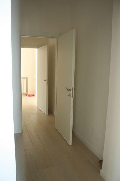 delle porte bianche aperte in un corridoio