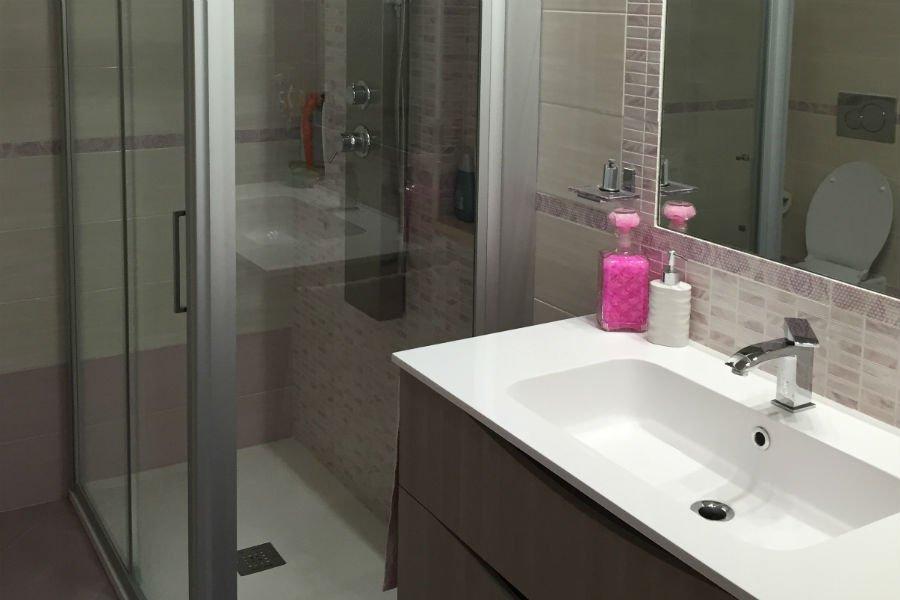 un lavabo e un box doccia in un bagno