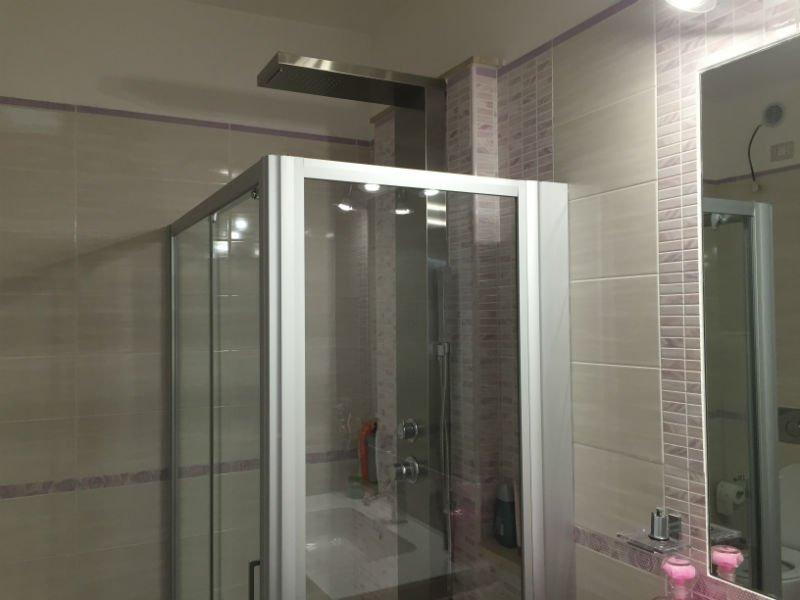 un box doccia in un bagno