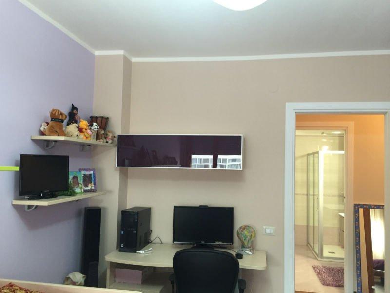 una cameretta con una scrivania e un computer