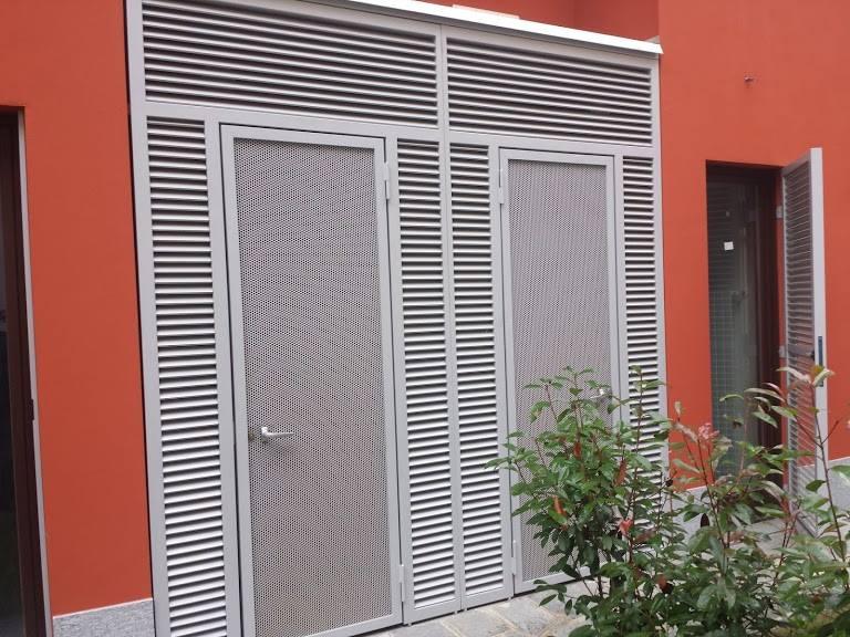 due porte grigie all'esterno