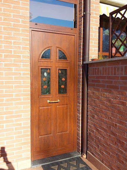 una porta in legno con tre vetri al centro