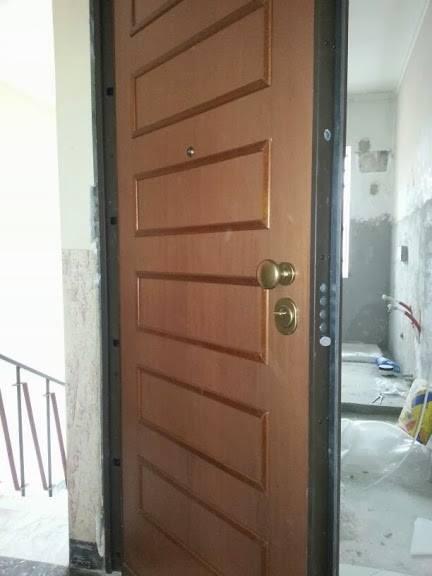 una porta in legno con un pomello dorato