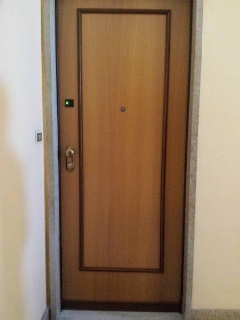 una porta in legno chiaro