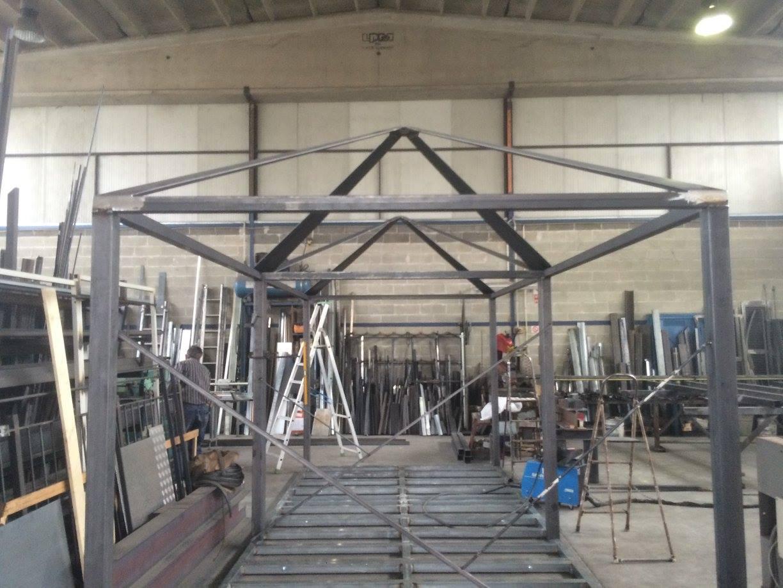 una struttura in ferro di un gazebo in una carpenteria