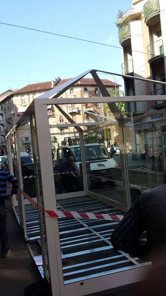 una struttura di ferro di un gazebo in una strada di citta'