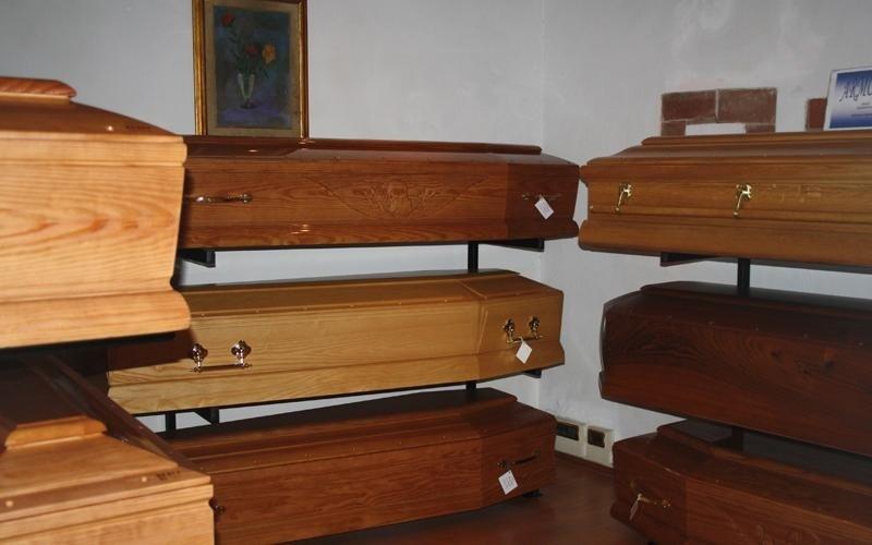 esposizione cofani legno cascina