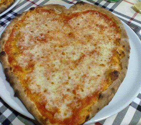 una pizza a forma di cuore