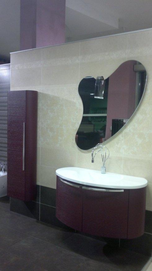 esposizione bagno con specchio di forma astratta
