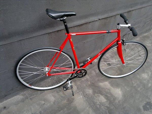 Bicicletta rossa artigianale su misura con manubrio