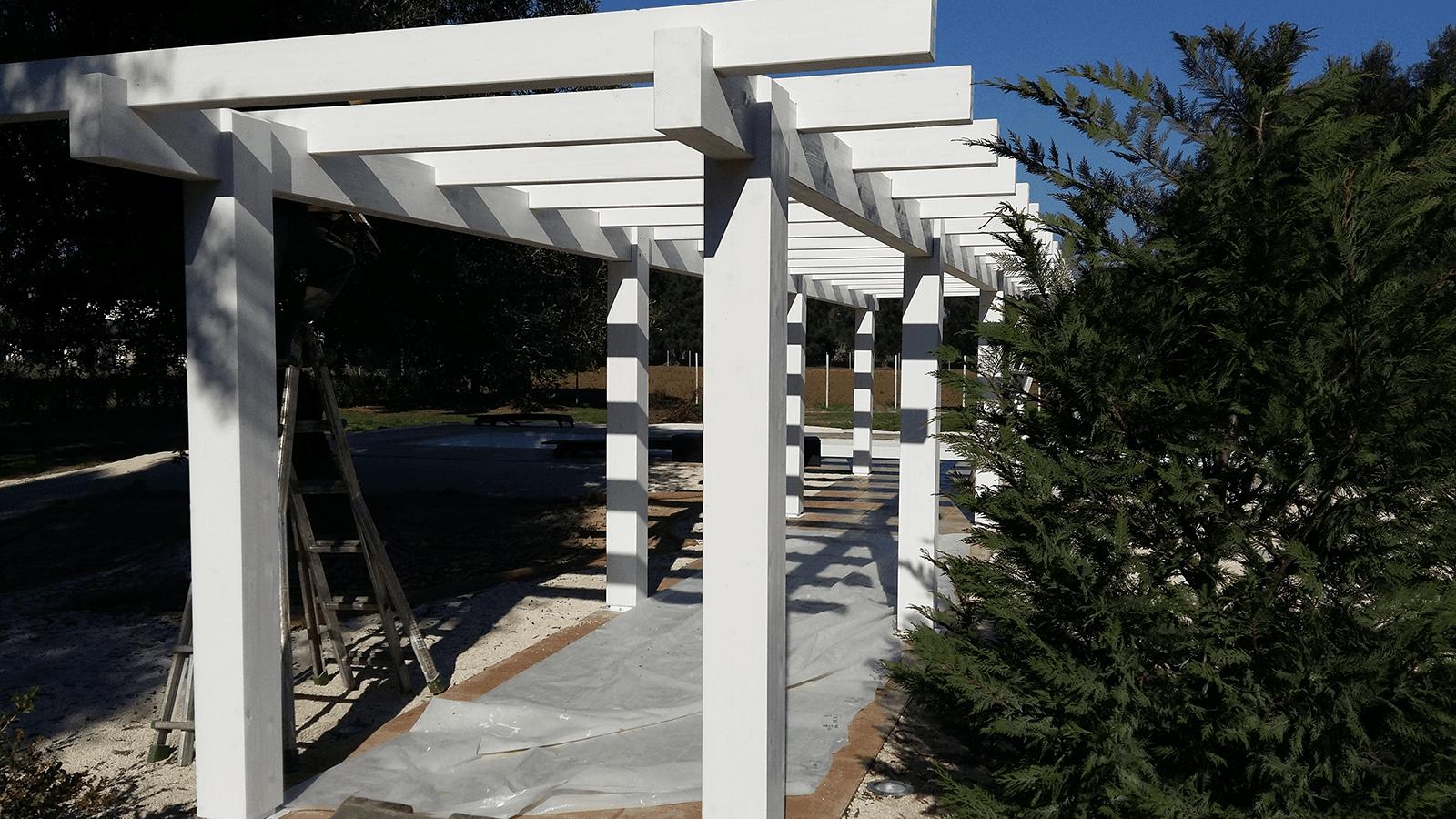 una copertura in legno bianco