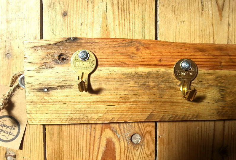 upcycled keys, hooks, wall hooks, kitchen accessories, keys holder, keys hanger, eco conscious gifts, sustainable materials, salvaged wood, reclaimed wood, pallet wood, handmade gifts