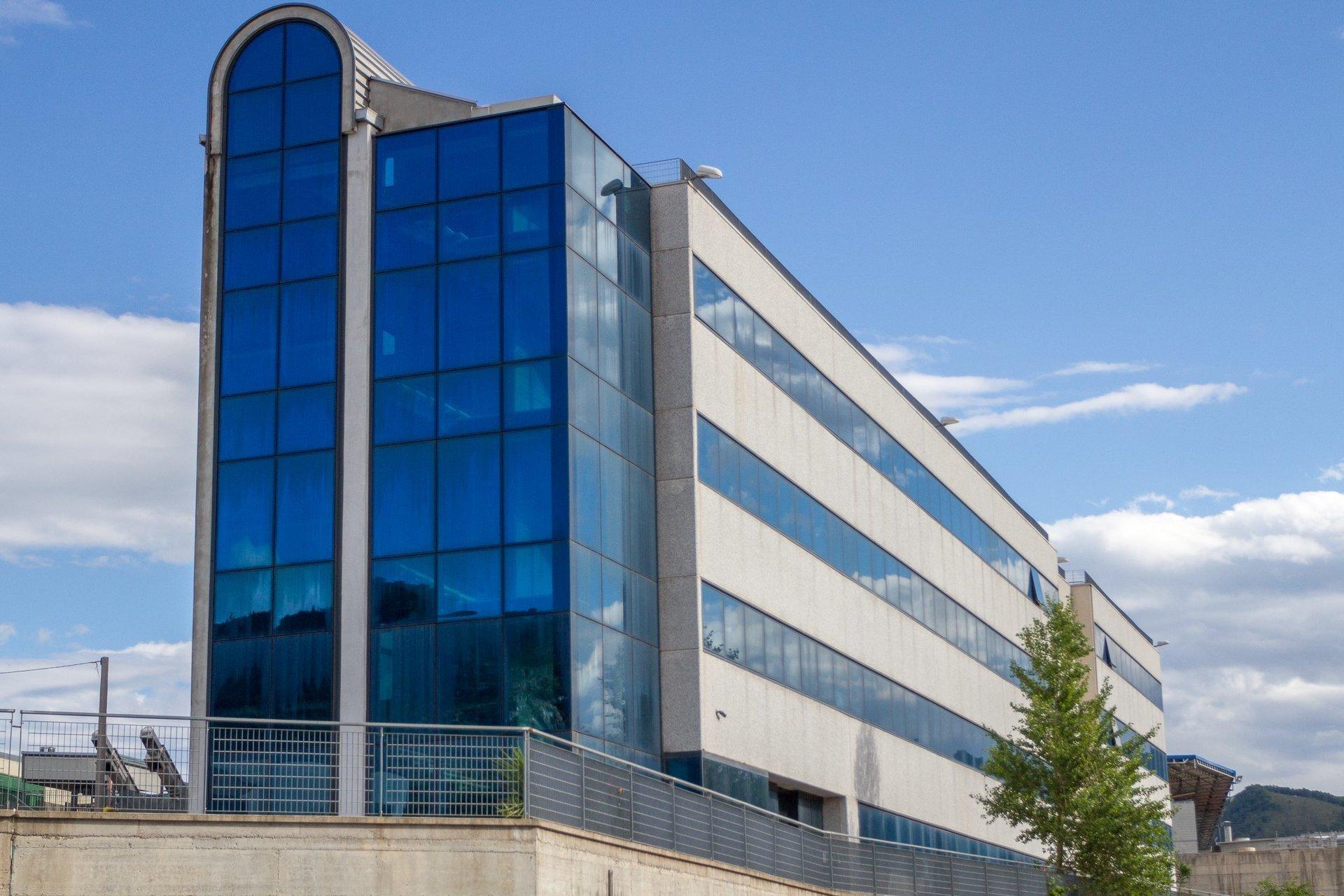 edificio con vetrate blu