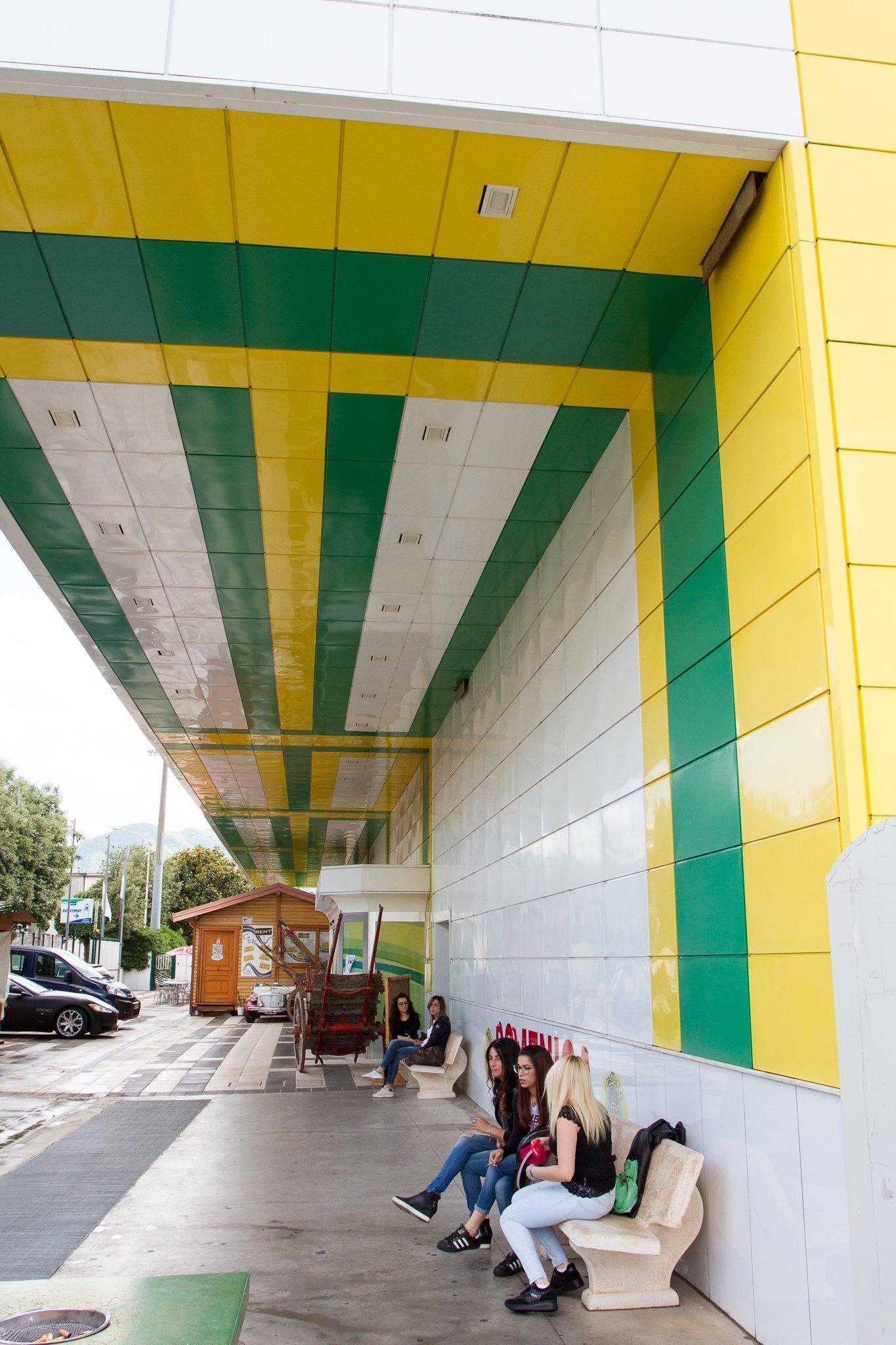 una faccaita giallo e verde