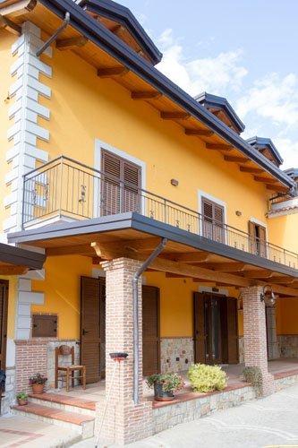 casa con tettoia in legno
