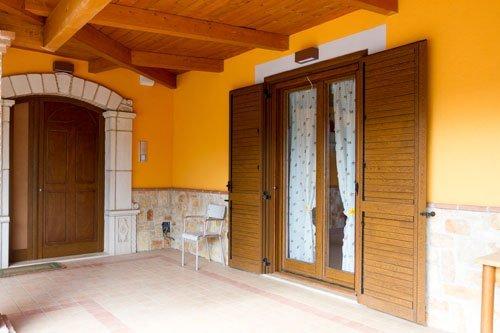 porta-finestra con persiana in legno